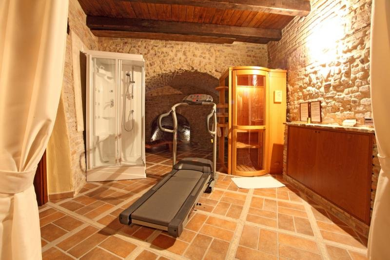Medieval Fortress with Pool, Sauna - Fitness room - at 5 km from the beach, holiday rental in Controguerra