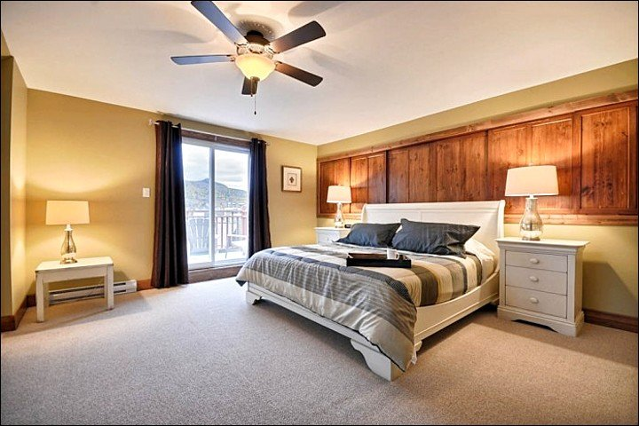 Amplio dormitorio principal tiene una cama King con estilo