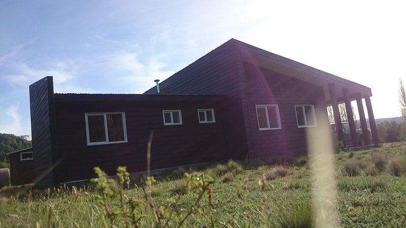 Cabaña Carpintero Negro equipada para 6 personas con tina caliente privada, location de vacances à Région de l'Araucanie