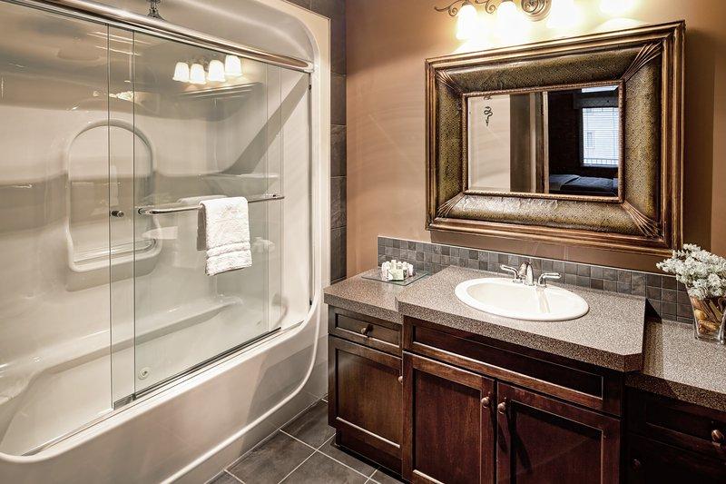 artículos de tocador se proporcionan en el baño completo