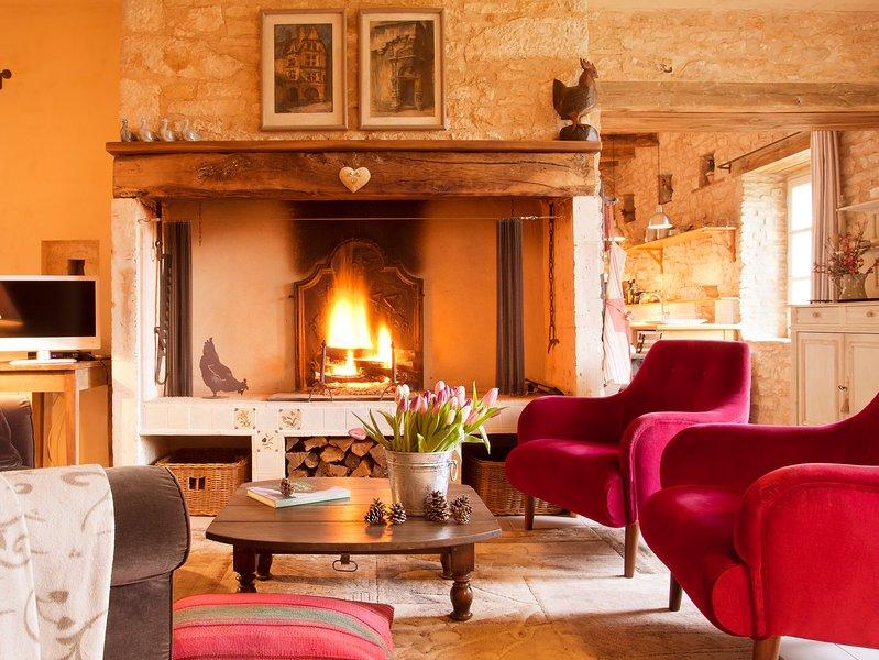 A acolhedora sala de estar com poltronas de veludo cor de rosa de la Maison de Marc de La Chartreuse du Maine