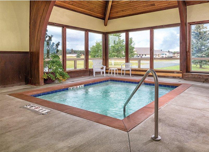 Relajarse después de un día de diversión en la bañera de hidromasaje cubierta