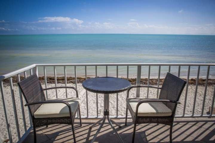 Vue sur la plage depuis le balcon privé, salon