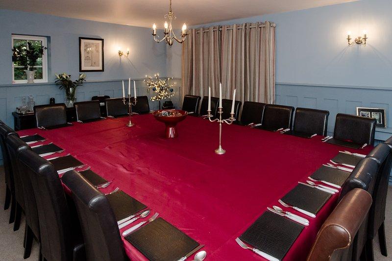 Salle à manger élégante pour accueillir 24 invités set habillé pour le dîner.