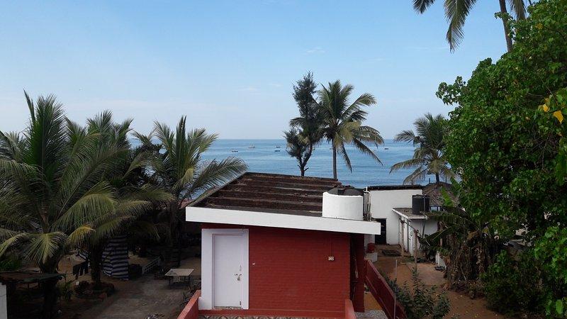 Uitzicht op de oceaan vanuit alle kamers balkon.