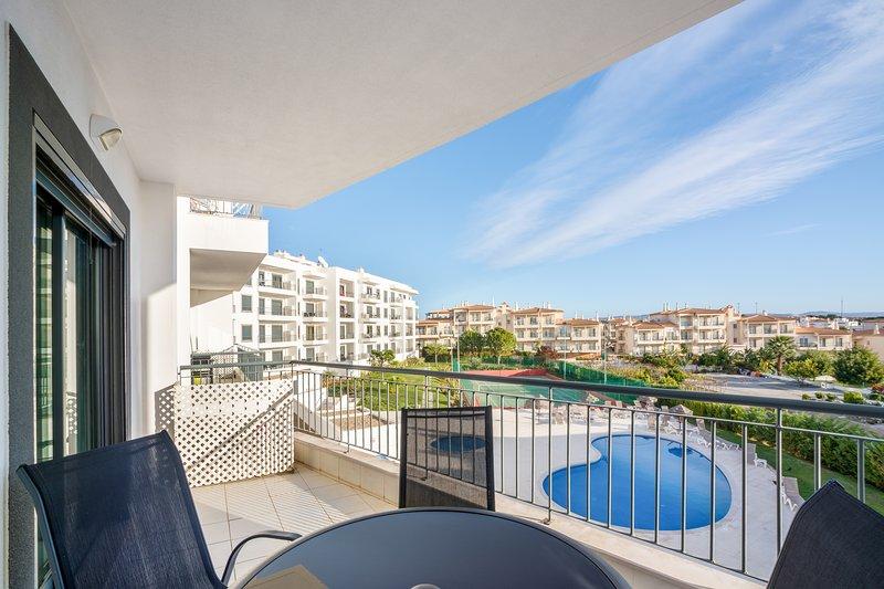 Lovely one bed apartment with pool view & wifI, aluguéis de temporada em Olhos de Água