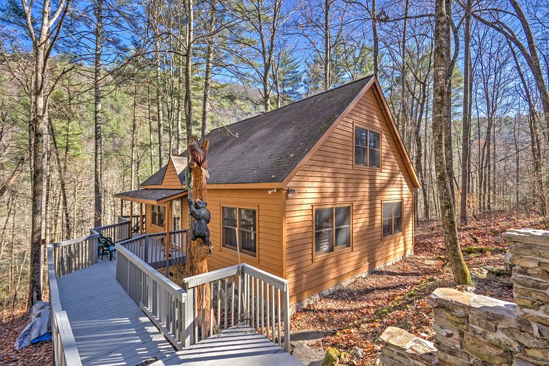 Highlands Cabin w/ Forest Views < 4 Mi to Cashiers, location de vacances à Jackson County