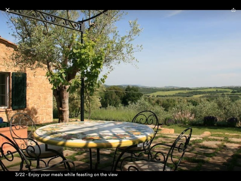 Cottage with panoramic view and outdoor Jacuzzi, location de vacances à Castelmuzio