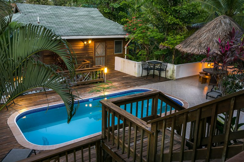 Casita Pool Home on 1.5 Acres & 400 foot Dock/View, casa vacanza a Dixon Cove