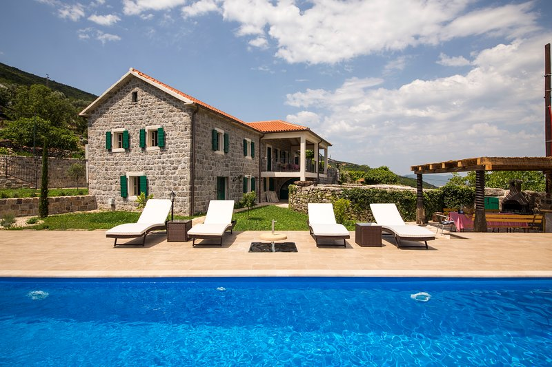 Luxury villa with pool, garden and spectacular sea and mountain views, holiday rental in Klinci