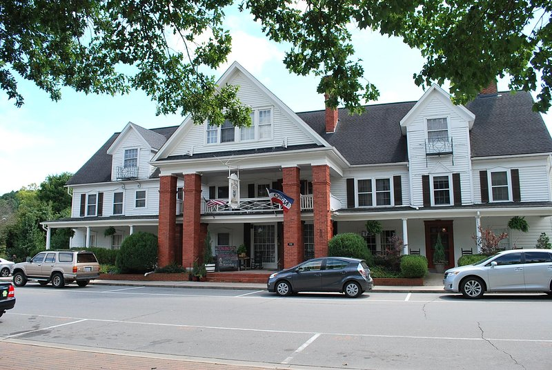 Nu Wray Inn, Whole Inn or by the Room, 35 mins to Downtown Asheville, Free WiFi, holiday rental in Green Mountain