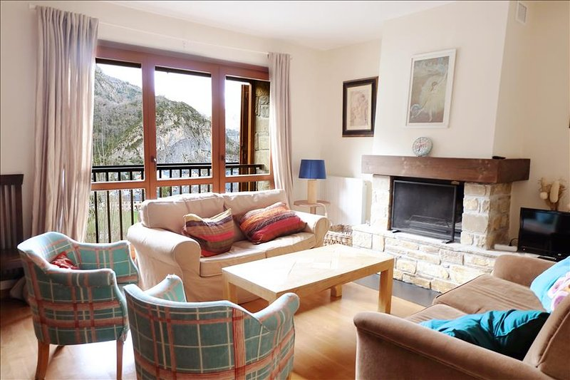 34BB - Apartamento Superior de 2 dormitorios y  2 baños, holiday rental in Tramacastilla de Tena