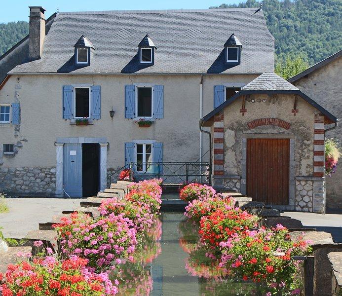 Gîte du moulin d'Arudy en vallée d'Ossau, sur le canal historique du village