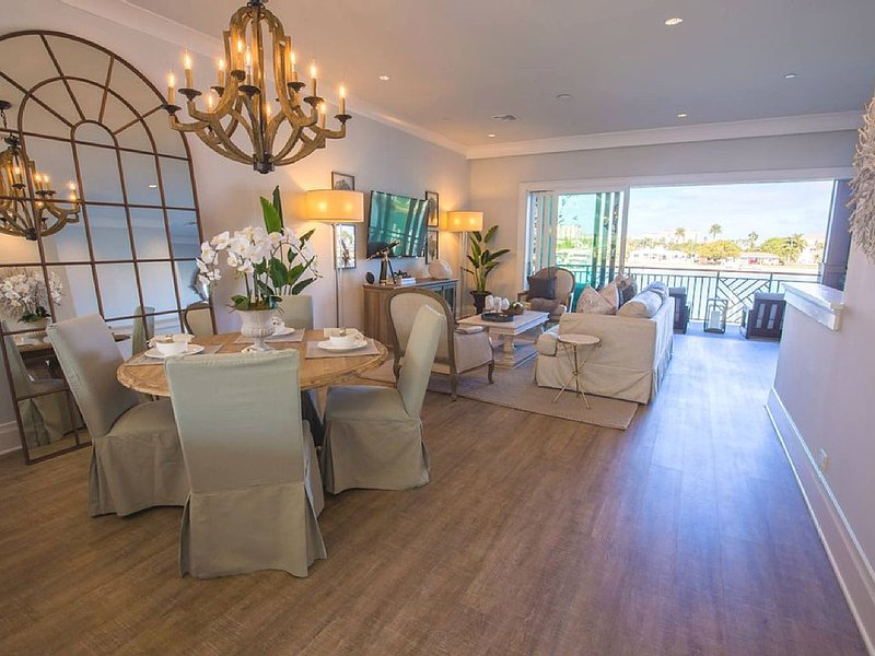 Bombshell Beachhouse-Waterfront Beachhouse Steps Away from Nation's #1 Beach, holiday rental in Clearwater