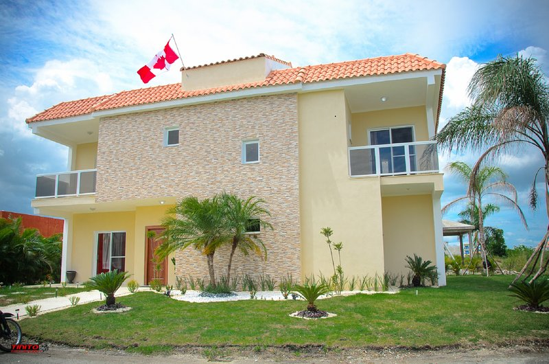 Beautiful vacation home with private inground pool in secure gated community, aluguéis de temporada em Boca Chica