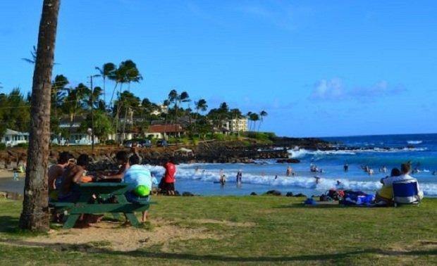 Poipu Beach Park met uitzicht op Brennecke's Beach (5 minuten rijden)