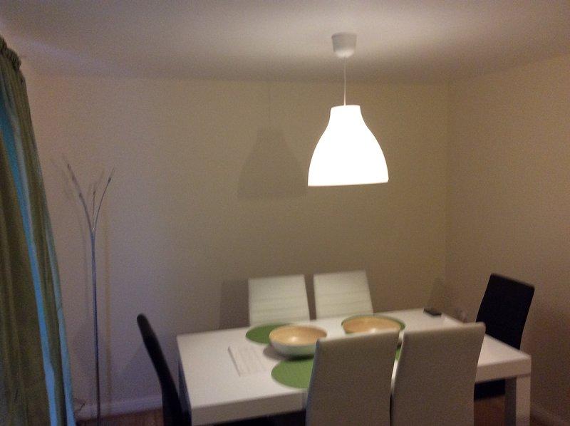 sala de jantar showin mesa de jantar e cadeiras morano e cal terapêutica cortina verde