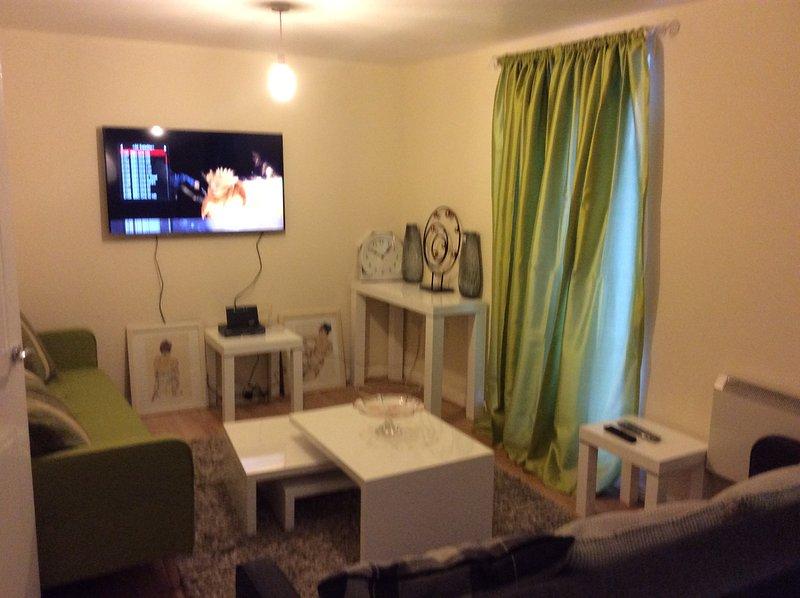 Sala de estar / sala de estar mostrando conjuntos Morano, cal sofá-cama verde e cal cortinas verdes
