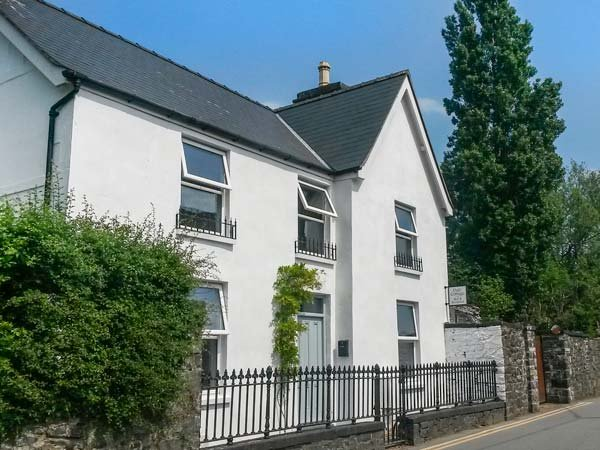 DALE COTTAGE, woodburning stoves, lawned gardens, pet friendly, Betws y Coed, vacation rental in Llanrwst