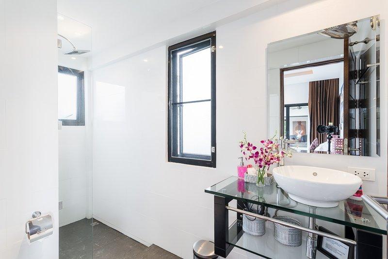 En-suite bathroom to the 2nd guest bedroom