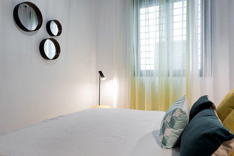 Chambre spacieuse avec lit double et un grand placard.