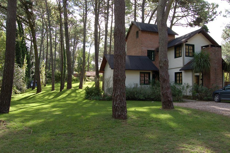 Cottage in the forest, coastal turistic  resort-Cabaña en el bosque de Carilo, alquiler vacacional en Mar de las Pampas