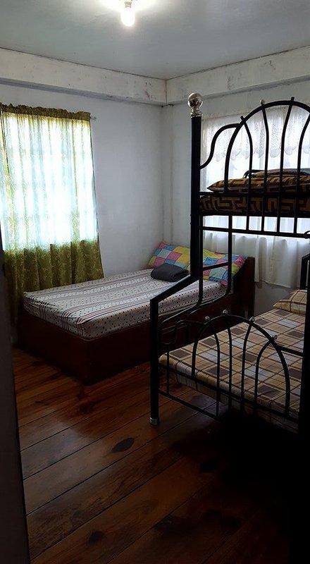 El dormitorio tiene una cama doble tamaño (48 pulgadas) y una cama de dos pisos (cama de 54 pulgadas inferior y superior de la cama 36 pulgadas)