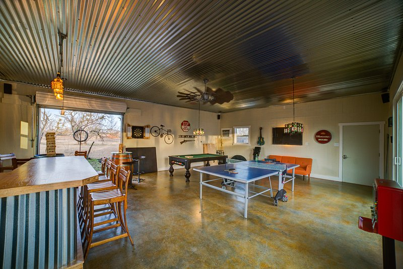 Burbank House - Luxury BNB just blocks from Main Street with Amazing Gameroom!, vacation rental in Fredericksburg