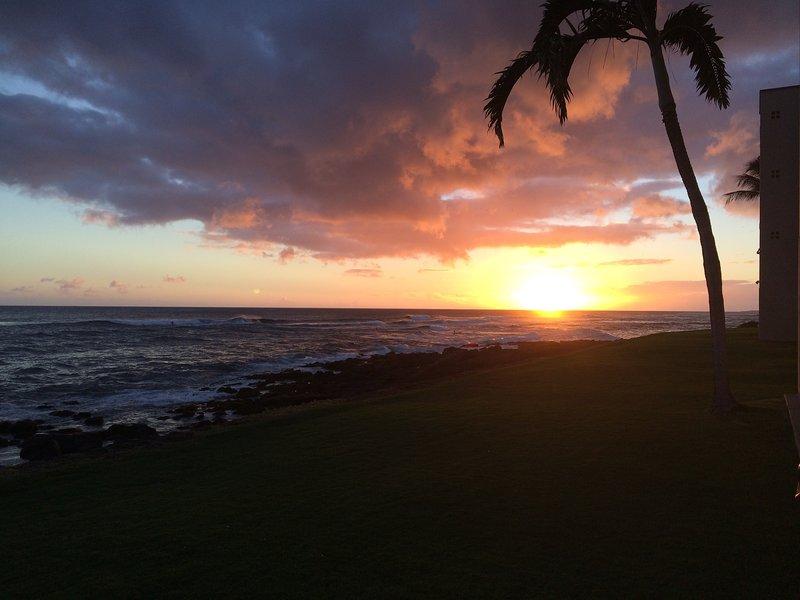 Einde van een dag om te onthouden. Kuhio Shores-zonsondergang. Neem je glas wijn en loop om de hoek