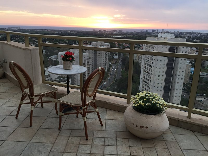 High Floor Sea-View Vacation Appartment, alquiler de vacaciones en Kfar Saba
