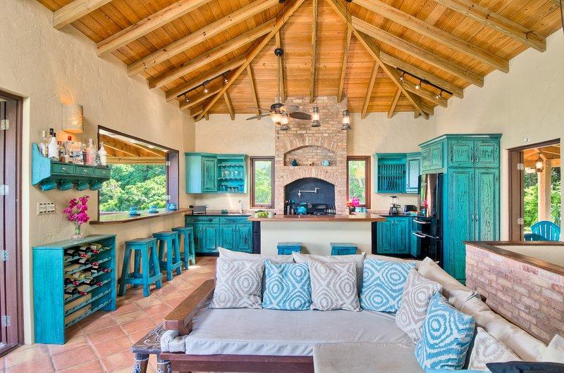 mooie woonkamer / keuken met indoor buitenbar en het eiland.