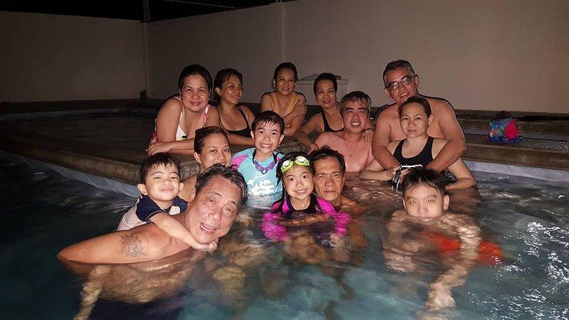 Visitante na piscina (natação noite) ...