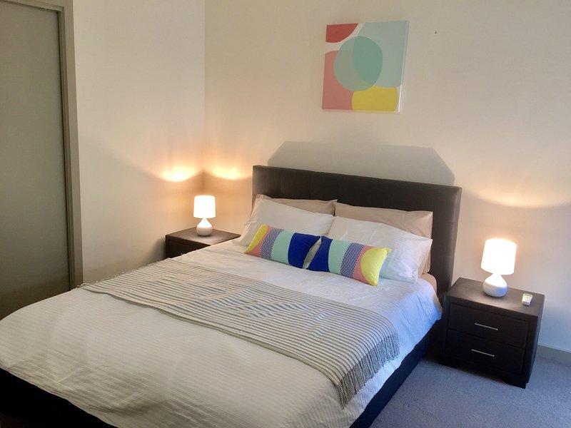 Cosy chambre principale avec lit queen size et l'accès à la salle de bain
