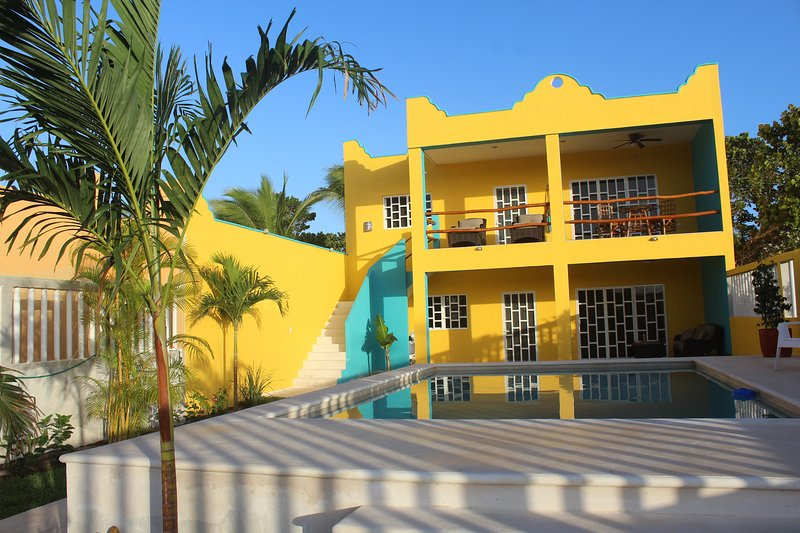 Vista de apartamentos com vista para a piscina levantada.
