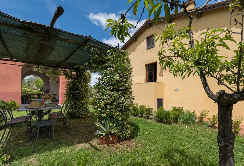 Beautiful ground floor apartment with shared swimming pool, apt. #3, holiday rental in San Michele a Torri