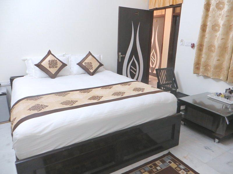 Queen Room Raghavs Royal Residency, holiday rental in Durgapura