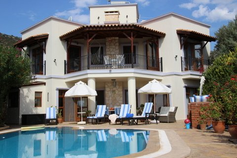 Spacious 3 bedroom air conditioned villa with step entry pool located in a quiet road below the D400