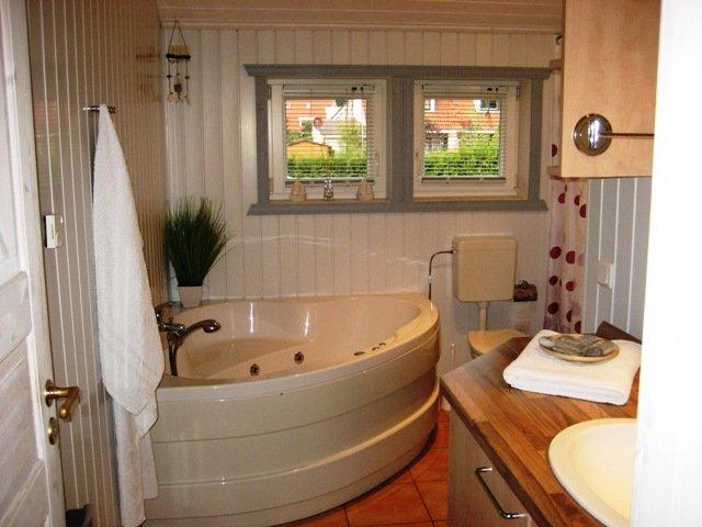 Cuarto de baño con WC, ducha y bañera de hidromasaje