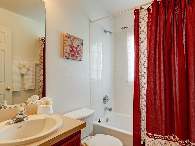 Maison salle de bains avec douche et baignoire