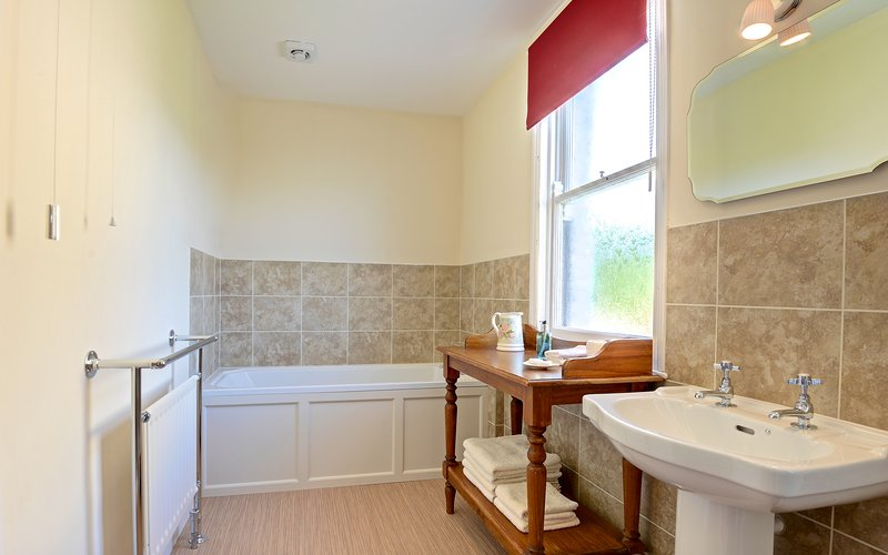 Ensuite to master bedroom. Towels & toiletries provided