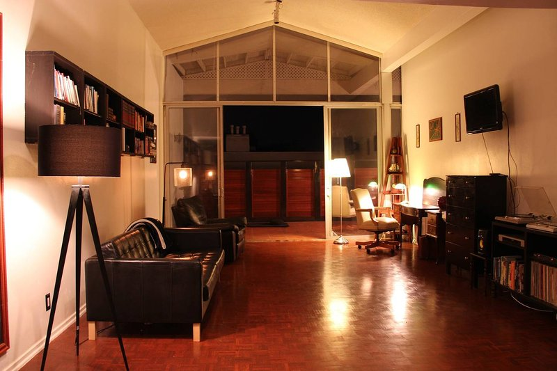 UCLA Zen penthouse, Walk to campus only 0.2 miles away, holiday rental in Beverly Hills