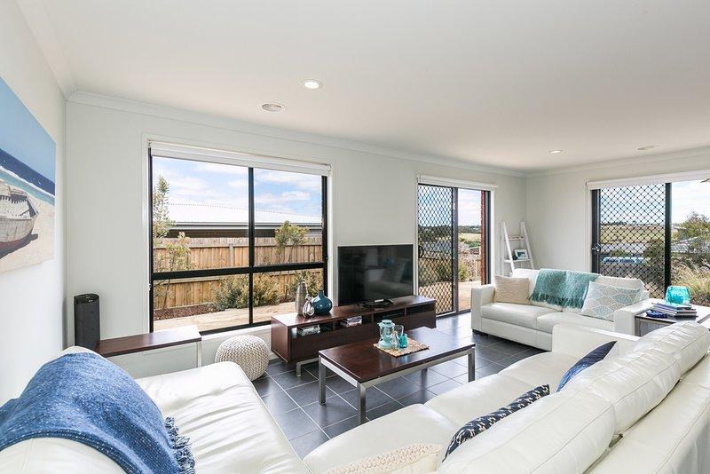 Relajarse en este espacio en los sofás de cuero de lujo, ver un DVD o leer un libro o jugar una partida de cartas.
