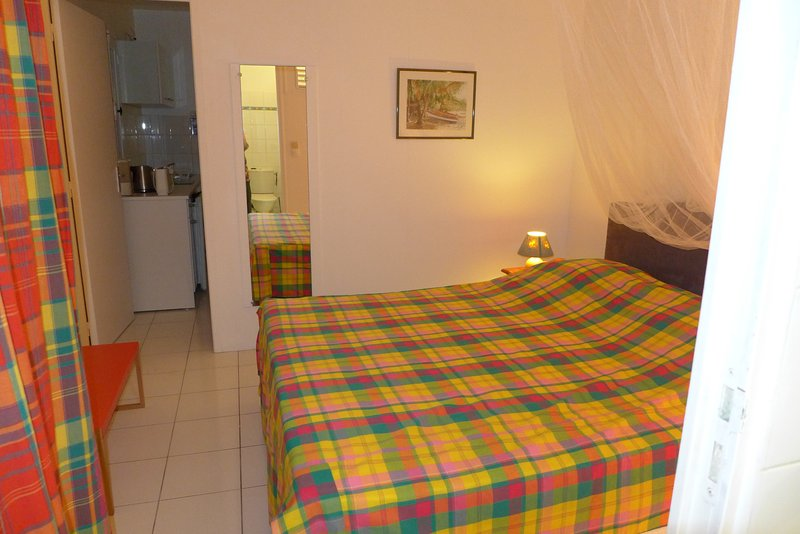 it's time to go to sleep in your king size bed 160 cm, mosquito net, air conditioning, safe