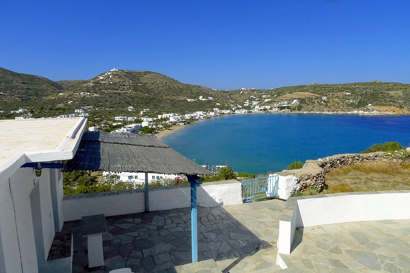Artemis Studios, un gîte authentique face à la baie de Platis Yialos, holiday rental in Chrisopigi