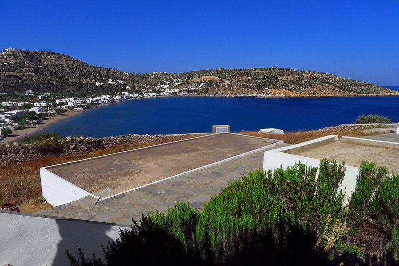 Vue sur le village de Platys Gialos et la baie, à 150 mètres