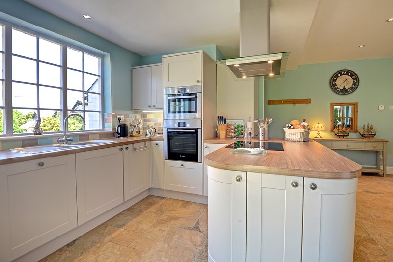 Fully equipped kitchen with everything you need to prepare food & drinks