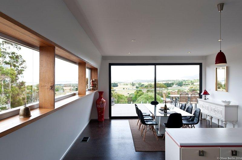 Amplias vistas de agua y viñedos regados desde todas las habitaciones