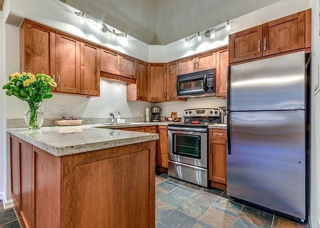 Greystone Lodge Largest Renovated 2 Bedroom + Loft W/D A/C | Acer Vacations, vacation rental in Pemberton