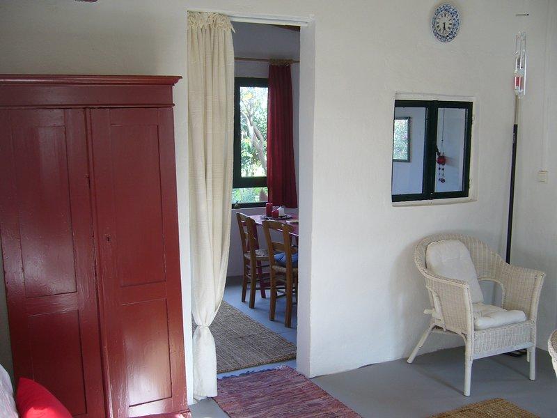 soggiorno con divano ingresso alla camera da letto (frontroom)