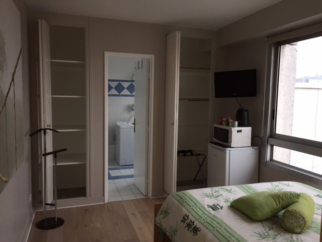 Private room and bathroom, free access to panoramic terrace 3 min far from metro, vacation rental in Courbevoie